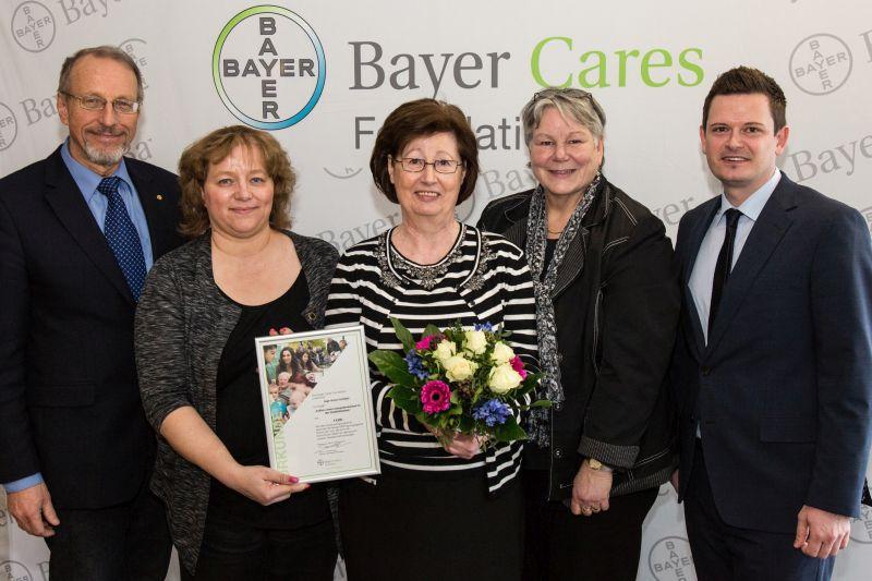 Bei der Spendenübergabe (v. l.): Bürgermeister Roland Schäfer, Michaela Strunk, Inge Schölzel, Jutta Koch, stellvertretende Leiterin der Stadtbibliothek, und René Korth von der Bayer-Stiftung.
