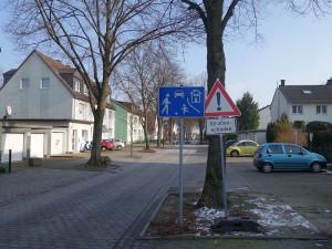 """Der westliche Teil des Lindenwegs weist Straßenschäden auf. Künftig soll hier auch ein Schild """"Durchfahrt verboten/Anlieger frei"""" stehen."""