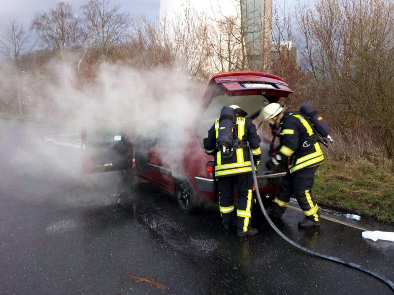 Unter schwerem Atemschutz bekämpften am Dienstagnachmittag die Rünther Feuerwehrleute den Pkw-Brand auf dem Westenhellweg.