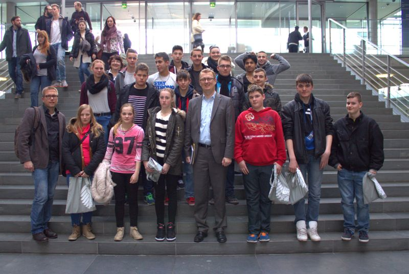 Die 10er des Albert-Scvhweitzer-Schule mit Oliver Kaczmarek vor dem Deutschen Bundestag.
