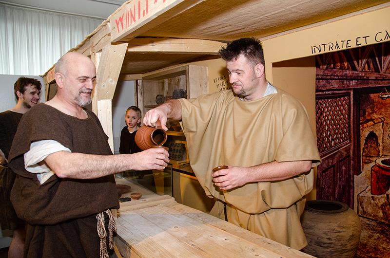 Salute! Mit den Römern einen Schluck vinum probieren - auch das war am Sonntag beim Familientag zur neuen Sonderausstellung beliebt.