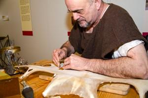 Wolfgang Hoffmann legt Hand an das Pergament - daraus lassen sich erstklassige Lampen herstellen.