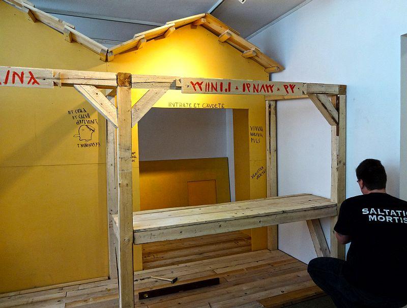 Zurzeit laufen die Aufbauarbeiten für die neue Sonderausstellung im Stadtmuseum zum Leben in römischen Lagern.