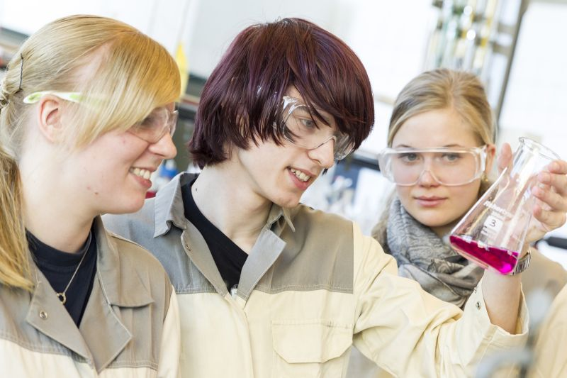 Bayer-Azubi Lena Ellerkmann (l.) assistiert Anton Dom und Ina Schulze bei einer Titration.