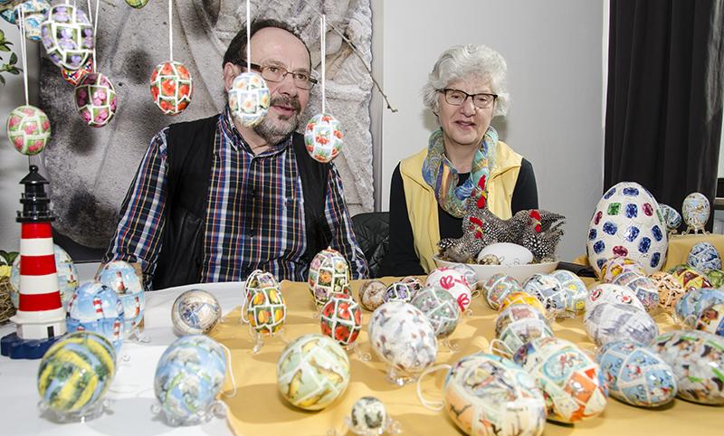 Beeindruckende Ostereierkunst aus Briefmarken präsentierten Bärbel und Lothar Pfüller.
