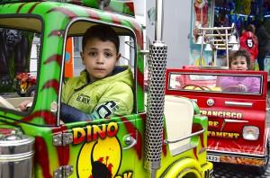Jetzt kann es losgehen: Mit dem Truck in die Dino-Welt brausen.