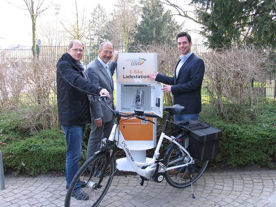 Das Foto zeigt von links den städtischen Radverkehrsbeauftragten Hans Irmisch, Bürgermeister Roland Schäfer und GSW-Vertreter Timm Jonas. (Foto: Stadt Bergkamen)