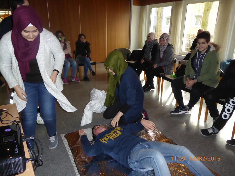 Erste-Hilfe-Lehrgang für junge Migrantinnen und Migranten.