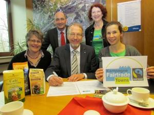 """Unterschrift unter Antrag an """"Fair Trade Deutschland"""" (v.l.): Pfarrerin Sabine Sarpe (Lenkungsausschuss), Thomas Hartl (Koordinator der Stadt), Bürgermeister Rolnad Schäfer, Elke Grziwotz (Lenkungsausschuss) und Angelika Mohlzahn (Vorsitzende des Lenkungsausschusses)"""