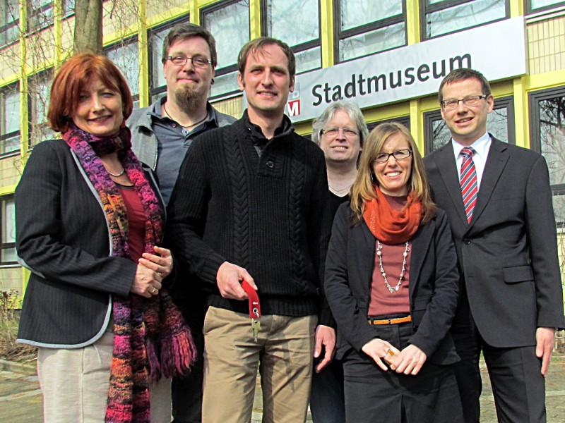 """Vorstellung de neuen Leiters des Bergkamener Stadtmuseums (v.l.): Kulturreferentin Simone Schmidt-Apel, Kai-Uwe Semrau (Technische Leitung Stadtmuseum/ städt. Galerie """"sohle 1""""), Mark Schrader, Thorsten Büsing (Programmplanung, Ausstellungsorganisation Stadtmuseum/ städt. Galerie """"sohle 1""""), Ludwika Gulka-Höll, (Museumspädagogin Stadtmuseum/ städt. Galerie """"sohle 1"""") und Kulturdezernent Holger Lachmann."""