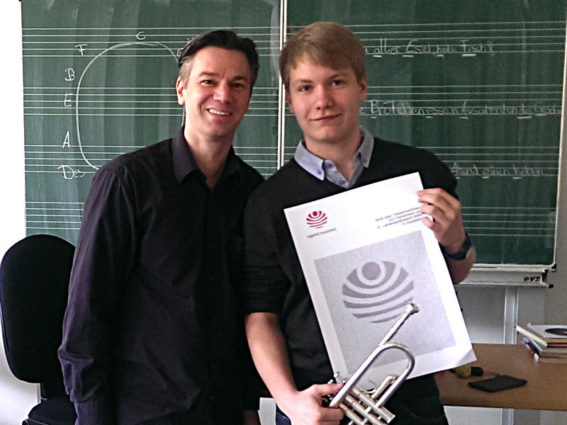 """Nico Wellers (r.) fährt zum Bundeswettbewerb """"Jugend musiziert"""". Sven Bergmann begleitet ihn am Klavier."""