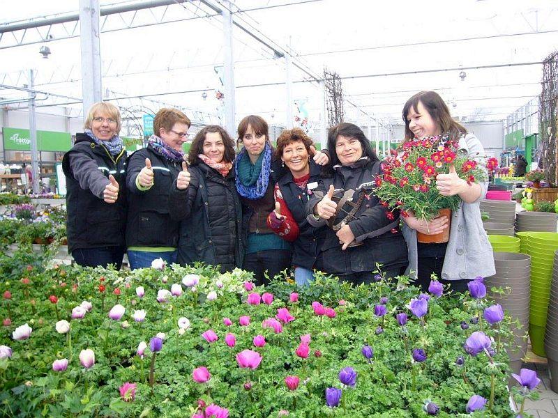 Die Mitarbeiterinnen und der neuen Freilandhalle des Garten-Centers Röttger.