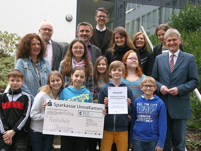 Die Realschule Oberaden erhielt von Landrat Michael Makiolla (r.) den Förderpreis in den Kategorie B. Foto: C. Rauert – Kreis Unna