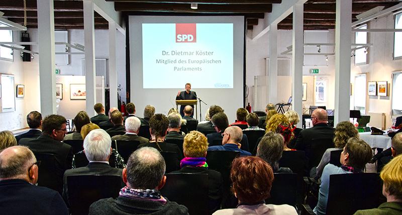 Volles Haus in der Ökologiestation beim traditionellen Frühlingsempfang des SPD-Stadtverbands. Die Antworten des Europaabgeordneten Prof. Dr. Dietmar Köster auf die Frage, was die aktuellen Entwicklungslinien in Europa uns angeht, bewegten.