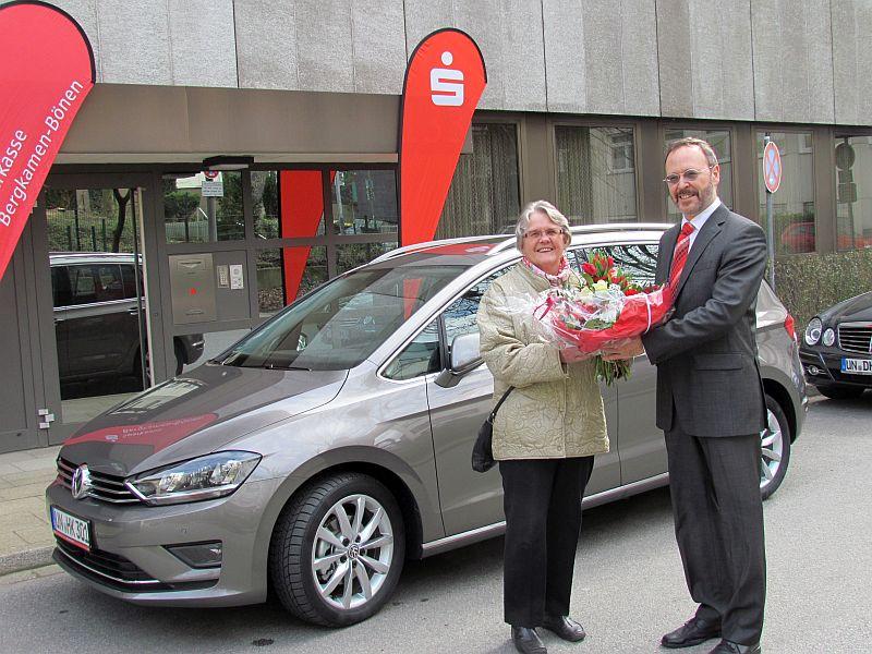 Helga Kreutz, Maretin Weber und der neue Golf Sportsvan von der Sparlotterie