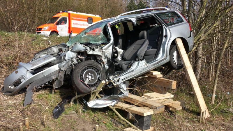 Bevor die Feuerwehrleute den 65-Jährigen aus seinem Auto befreien konnten, musste das Fahrzeug zuerst stabilisiert werden.