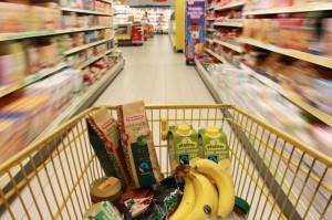 Fair gehandelte Produkte im Einkaufswagen. (Foto: Fair Trade Deutschland)