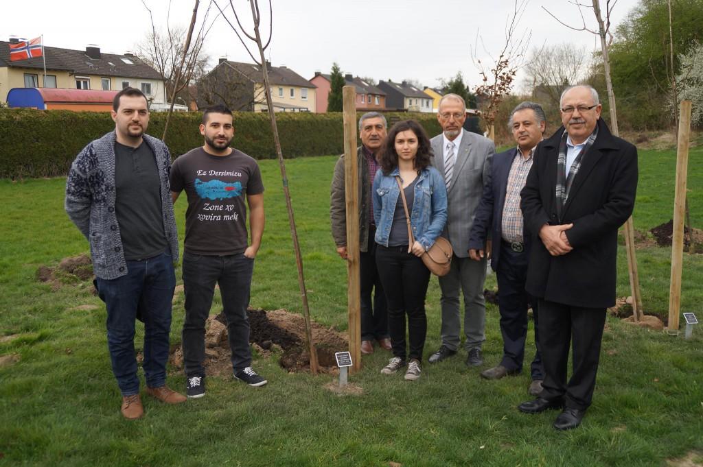 Mit Bürgermeister Roland Schäfer pflanzten Vertreter der Alevitischen Gemeinde einen Baum im Jubiläumswald in Gedenken an den Völkermord in Dersin.
