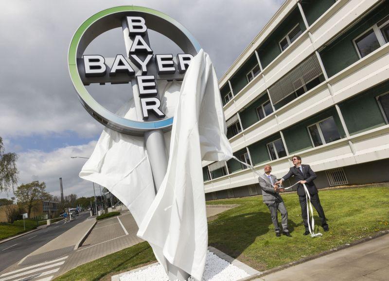 Bürgermeister Roland Schäfer (l.) und Standortleiter Dr. Stefan Klatt enthüllen das Bayer-Kreuz – das neue Wahrzeichen des Bergkamener Bayer-Standorts.