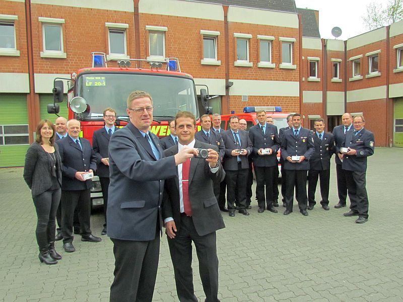 Die Löschgruppen der Bergkamener Feuerwehr verfügen jetzt über eigene Digitalkameras. Patrick Gundlach (vorn rechts) von der Sparda-Bank übergab sie jetzt als Spende an den stellvertretenden Stadtbrandmeister Ralf Klute.