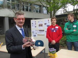 Norbert Römer mit seinem solarbetriebenen Mini-Roller.