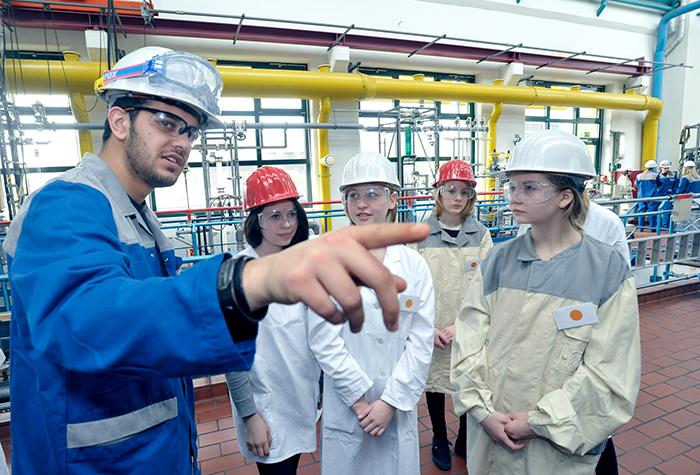 Unter fachkundiger Anleitung von Bayer-Auszubildenden erhalten die Schülerinnen einen Überblick über typische Tätigkeiten im Technikum.