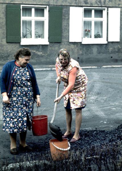 """Bergarbeiterfrauen beim Kohleschippen. Foto aus der Ausstellung """"Es war mehr als Kohle"""" von Ulrich Bonke"""