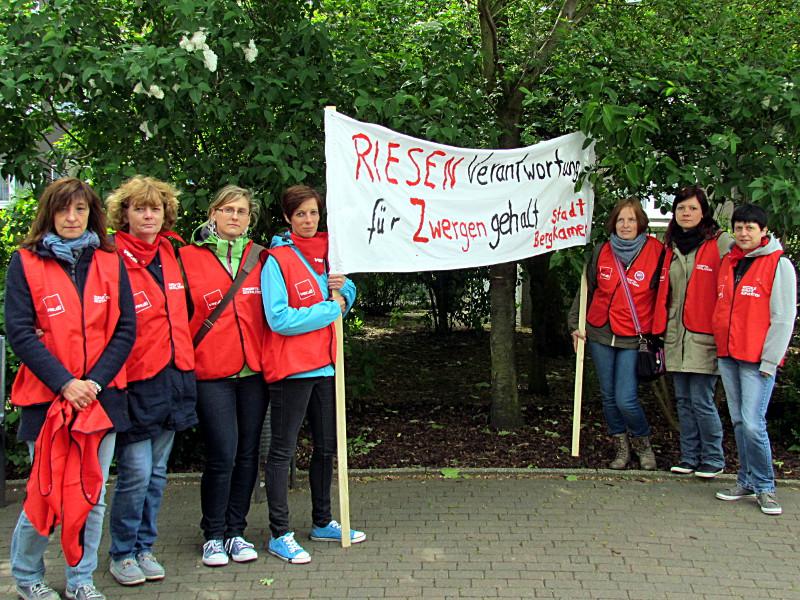Die Bergkamener Erzieherinnen informierten auf dem Znetrumsplatz über ihre Forderungen in den laufenden Tarifverhandlungen.