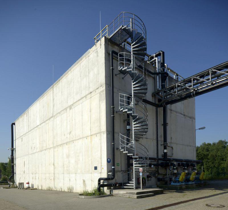 Der Pufferbehälter der Kläranlage ist mehr als 27 m lang, 11 m hoch und verfügt über ein Fassungsvermögen von 5.000 Kubikmetern Abwasser.