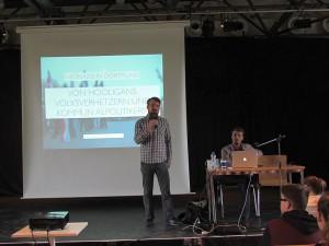 Jan Groesdonk (stehend) morderierte die Veranstaltung zur Neonazi-Szene mit dem Journalisten Felix Huesmann.