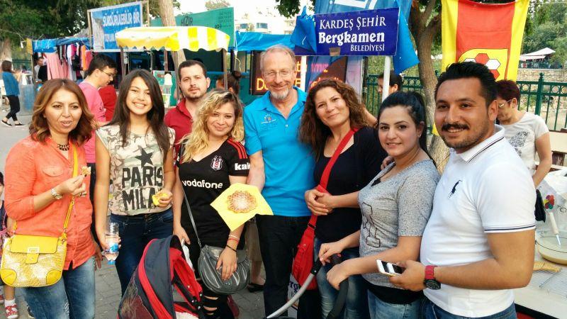 Bürgermeister Roland Schäfer mit Besuchern des Bergkamener Stand beim Kulturfestival in der türkischen Partnerstadt Silifke.