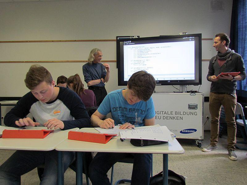 Programmieren mit Tablet-PCs im Informatik-Kurs - im Hintergrund Ludger Humbert (l.) und David Beisel.