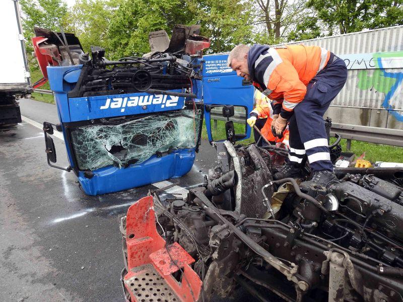 Durch die Wucht des Aufpralls wurde das Führerhaus vom Fahrzeug abgerissen.