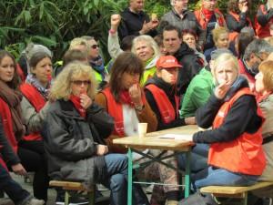 Streikende kommunale Mitarbeiter in Kita und den sozialen Diensten auf dem Platz der Partnerstädte vor dem Bergkamener Rathaus.