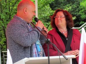 Verdi-Sekretär Christian Schmidt begrüßt die Betriebsratsvorsitzende des Solebads Werne,  Renate Mackenberg.