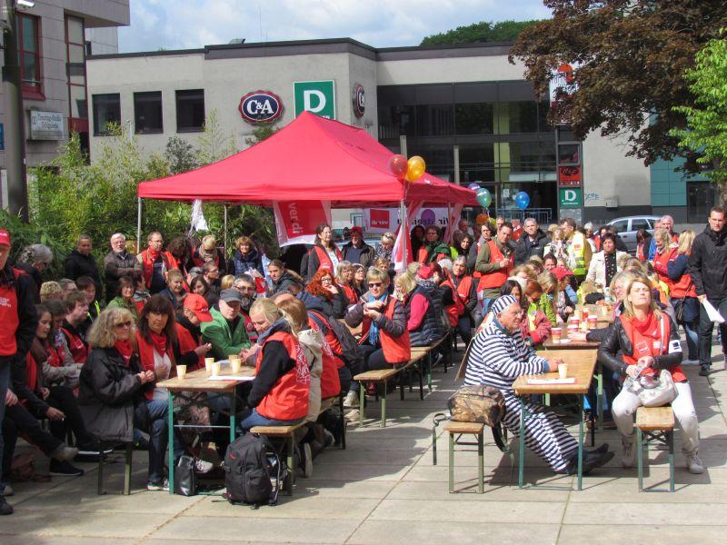 Zentrale Streikkundgebung für den Verdi-Bezirk Unna/Hamm auf dem Platz der Partnerstädte.