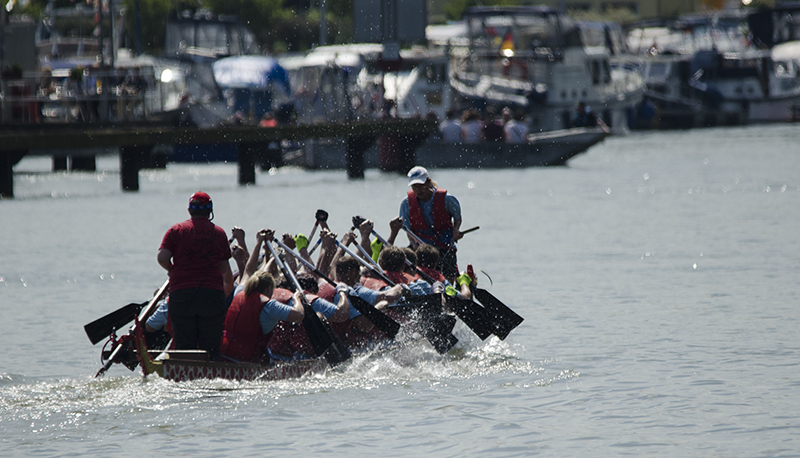 Feuchter Spaß vor traumhafter Marinakulisse beim Drachenbootrennen.