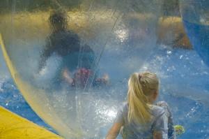 Eine kugelrunde Sache war das Kinderparadies mit schwimmenden Riesenbällen für das etwas andere Wassertreten.