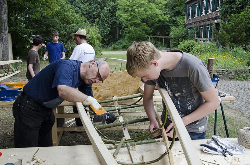 Teamwork ist beim gemeinsamen Bootsbau gefragt.