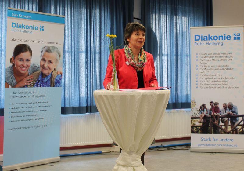 20 Jahre Fachseminar für Altenpflege: Leiterin Heike Brauckmann-Jauer begrüßte an dem neuen Standort Bergkamen zahlreiche Festgäste. Foto: Diakonie/Flaspöhler