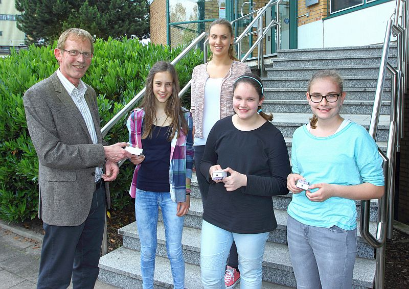 Ausbildungsleiter Karl Heinz Grafenschäfer und Auszubildende Annika Lübbring (3. v. l.) übergaben die Preise an Nina Wagner, Laura Bialas und Paula Bloemberg (v. l.)