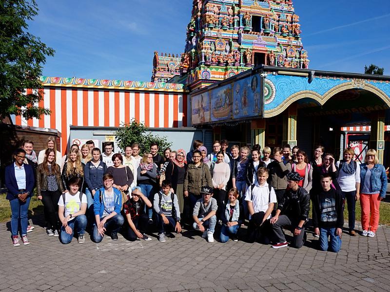 Bergkamener Gesamtschüler besuchten den Hindu-Tempel in Hamm