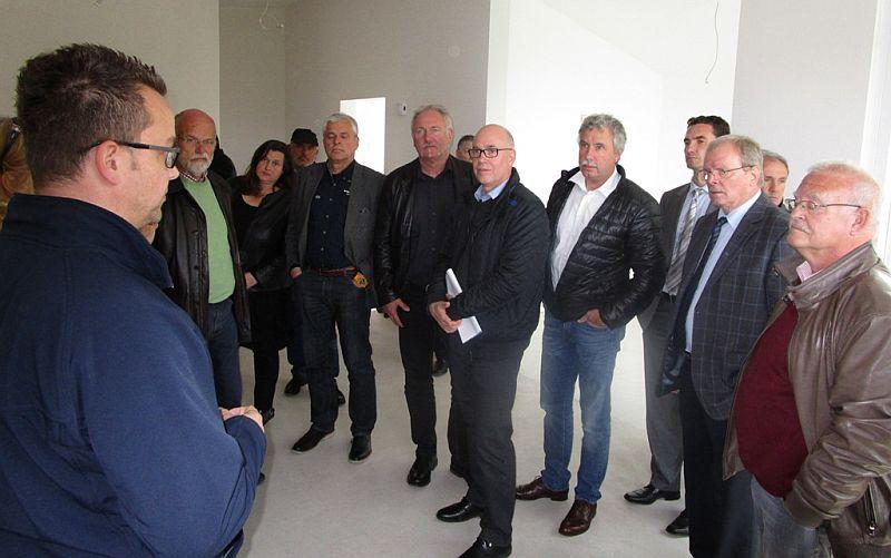 Der UKBS-Aufsichtsrat besichtigt die Bungalows an der Eichendorffstraße in Bergkamen. Die Übergabe soll Anfang August erfolgen.
