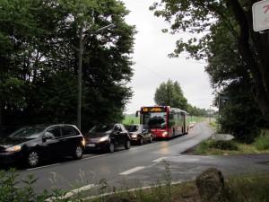 Da die Ampelanlage in Richtung Autonahn nur zwei, maximal drei Fahrzeuge durchlässt, führt das zu einem Stau auf der Buckenstraße.