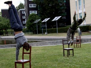 Profitänzer der Folkwang-Hochschule Essen probierten schon mal den Tanz mit dem Stuhl im Bergkamener Wasserpark.