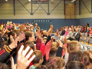 Mit einem Lied verabschiedeten sich alle Kinder der Gerhart-Hauptman-Grundschule von ihrem Rektor Walter Teumert.