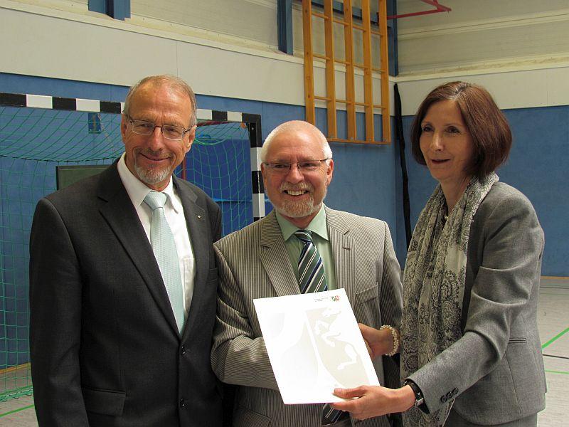 Rektor Walter Teumert (m.) geht jetzt in den Ruhestand - links Bürgermeister Roland Schäfer und Schulrätin Susanne Wessels mit der entsprechenden Urkunde.