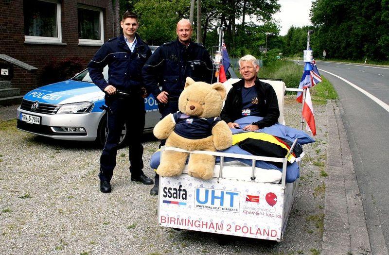 Jann Berger und Sven Krämer von der Polizeiwache Werne mit Andy Seery und seinem fahrenden Bett.
