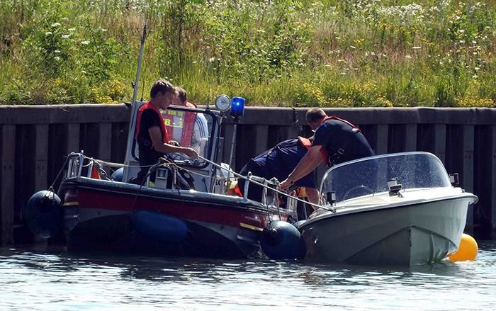2015_07_11_Feuerwehreinsatz Boot droht zu sinken auf dem Kanal (17)
