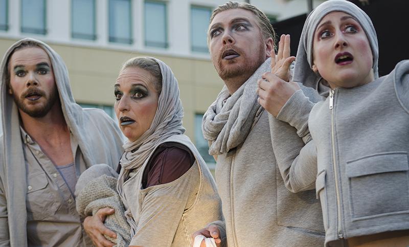 Landen in Metropolis: das Ensemble des n.n. theaters beim Auftakt ihrer futuristischen Zeitreise.